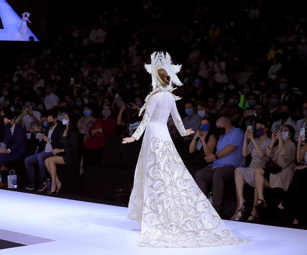 Khánh Vân lộ vật thể lạ khi diện áo dài hoành tráng, catwalk uy nghiêm-5