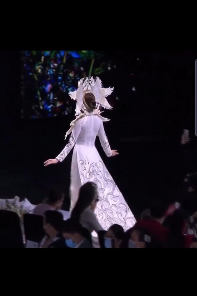 Khánh Vân lộ vật thể lạ khi diện áo dài hoành tráng, catwalk uy nghiêm-6