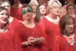 Bà cô với ngoại hình kỳ lạ tưởng sẽ phá nát đội hình đồng ca hát Giáng sinh không ngờ lại trở thành điểm nhấn