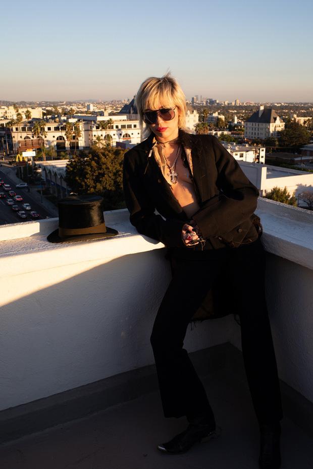 Miley Cyrus gây địa chấn với bộ ảnh tạp chí phản cảm đỉnh điểm, nhất là hình khoe 100% vòng 1-4