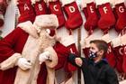 Khung cảnh Giáng sinh Covid-19 trên khắp thế giới