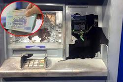 Người đàn ông đập nát trụ ATM vì không nhả tiền, tài khoản vẫn bị trừ hết sạch
