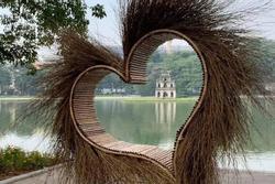'Trái tim lông lá' tua tủa nằm ngang nhiên giữa Hồ Gươm khiến dân tình gai mắt