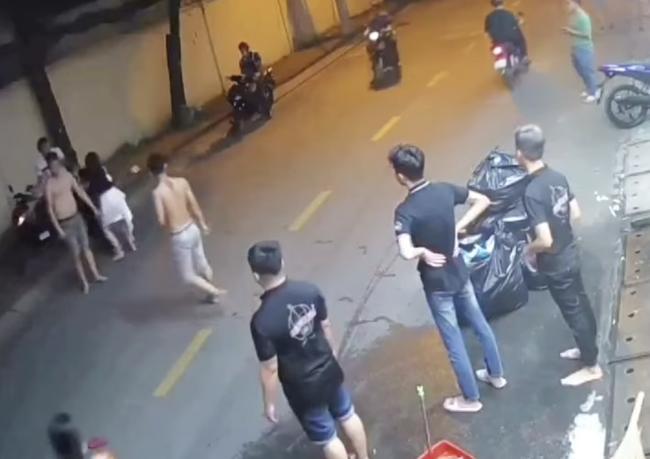 TP.HCM: Công an truy tìm kẻ bạo hành bạn gái giữa đường, vác mã tấu trả đũa người can ngăn-1