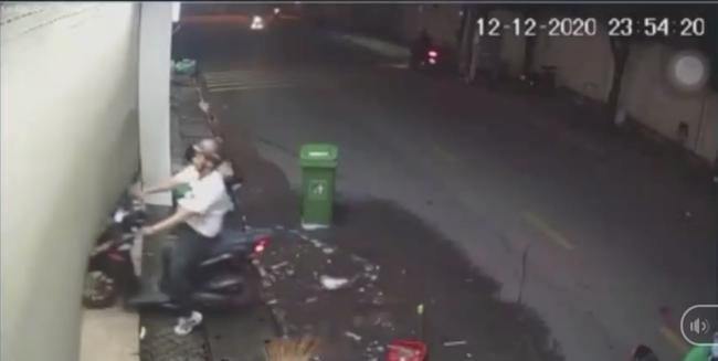 TP.HCM: Công an truy tìm kẻ bạo hành bạn gái giữa đường, vác mã tấu trả đũa người can ngăn-2