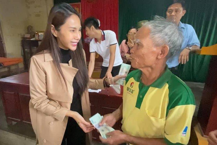 Thủy Tiên ra miền Trung từ thiện đợt 4, tự bỏ hơn 1 tỷ hỗ trợ người dân vùng lũ