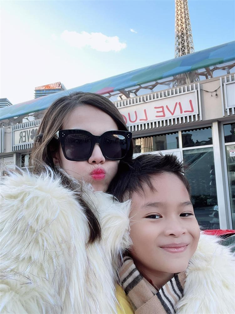 Loạt ảnh con trai 9 tuổi của Ngô Kiến Huy bên mẹ đẻ-4