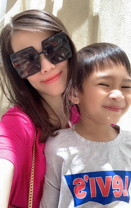 Loạt ảnh con trai 9 tuổi của Ngô Kiến Huy bên mẹ đẻ-5
