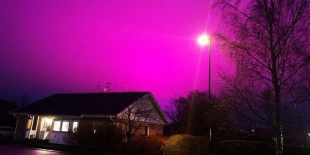 Bầu trời Thụy Điển bất ngờ chuyển sang màu tím lạ-1