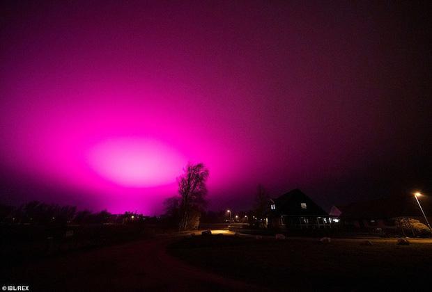 Bầu trời Thụy Điển bất ngờ chuyển sang màu tím lạ-2