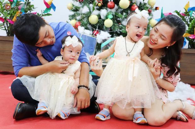 Chị em Trúc Nhi - Diệu Nhi tự chập chững đi đón Giáng sinh cùng bố mẹ-11