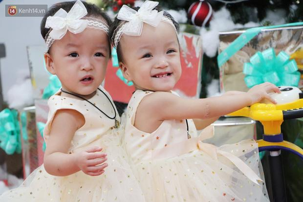 Chị em Trúc Nhi - Diệu Nhi tự chập chững đi đón Giáng sinh cùng bố mẹ-3