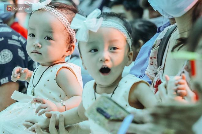 Chị em Trúc Nhi - Diệu Nhi tự chập chững đi đón Giáng sinh cùng bố mẹ-4