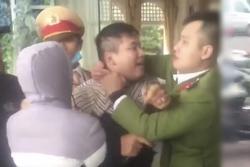 Thanh niên Hải Phòng đấm chảy máu mũi cảnh sát khi bị yêu cầu giữ xe