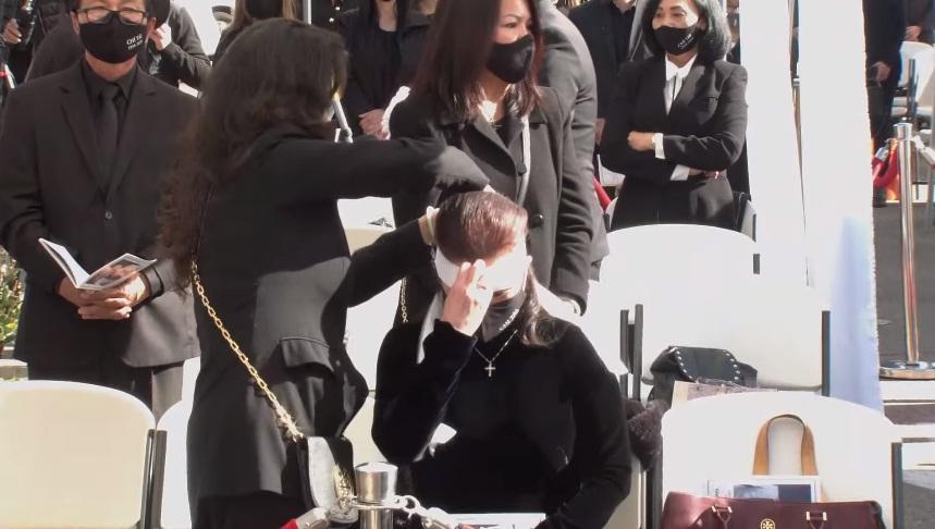 Tang lễ nghệ sĩ Chí Tài tại Mỹ: Vợ và đồng nghiệp bật khóc nức nở-13