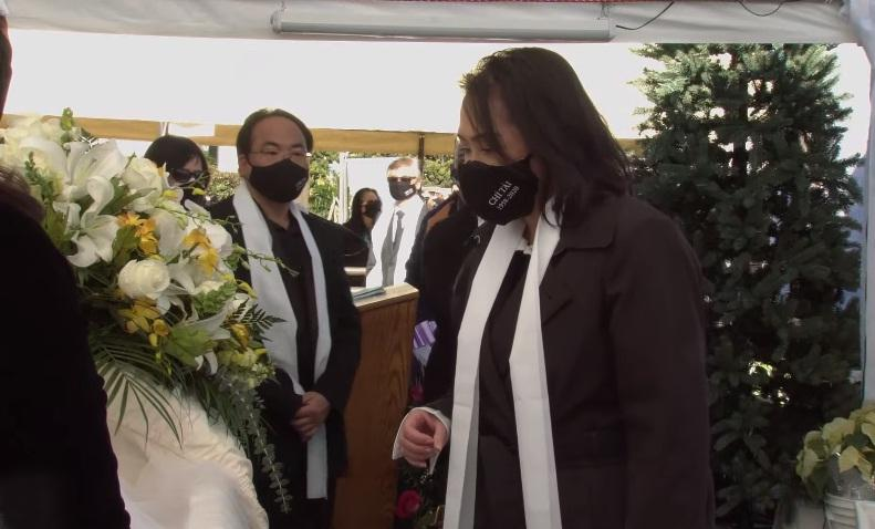 Tang lễ nghệ sĩ Chí Tài tại Mỹ: Vợ và đồng nghiệp bật khóc nức nở-20