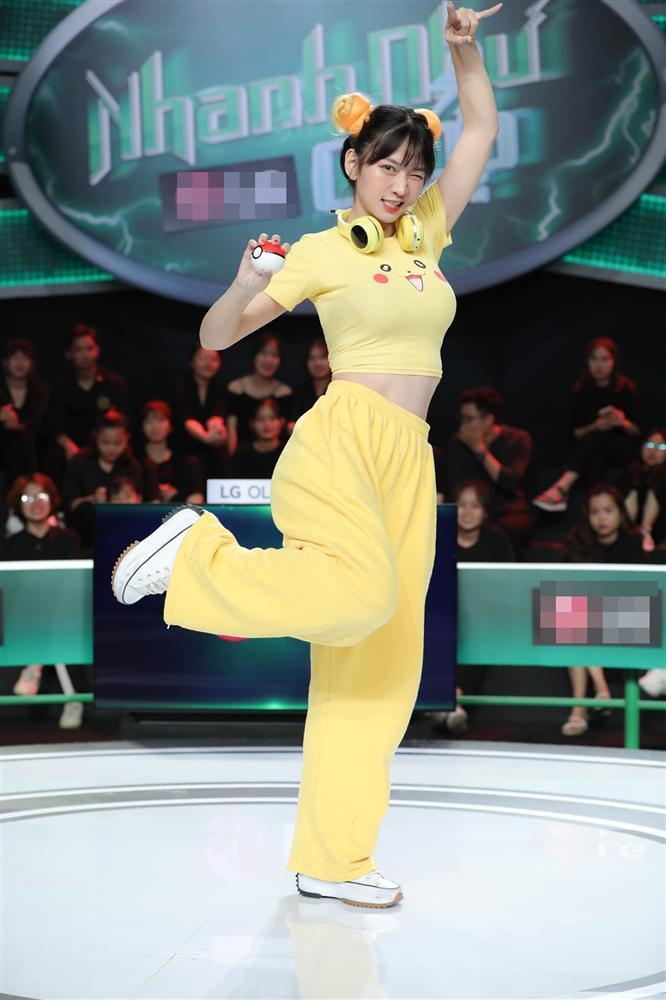 Hot Tiktok 4,3 triệu follow Lê Bống lộ đùi to, chân ngắn qua clip bị quay lén-1