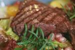 Bò bít tết kèm salad lựu cho bàn tiệc Noel