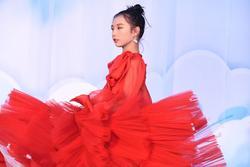 Màn xoay váy cực đỉnh của vedette nhí trong show thời trang Hà Duy