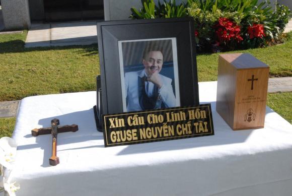 Vợ cố nghệ sĩ Chí Tài đưa tro cốt chồng về nghĩa trang-2