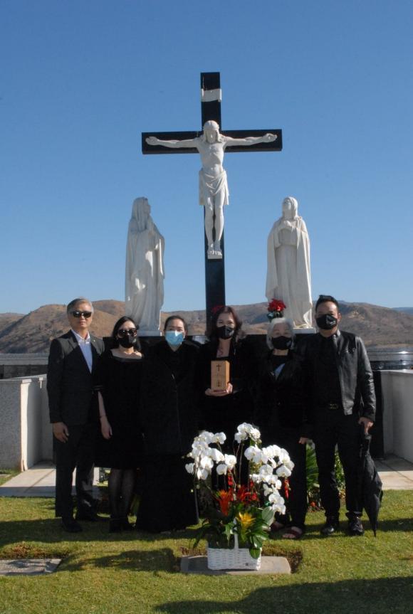 Vợ cố nghệ sĩ Chí Tài đưa tro cốt chồng về nghĩa trang-4