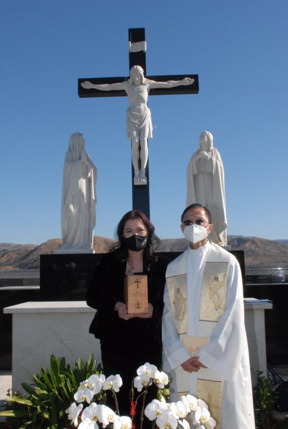 Vợ cố nghệ sĩ Chí Tài đưa tro cốt chồng về nghĩa trang-5