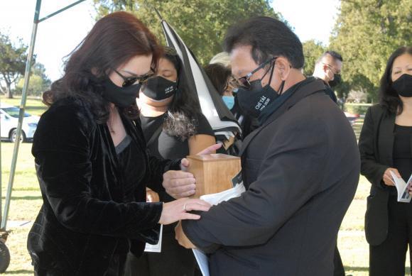 Vợ cố nghệ sĩ Chí Tài đưa tro cốt chồng về nghĩa trang-6