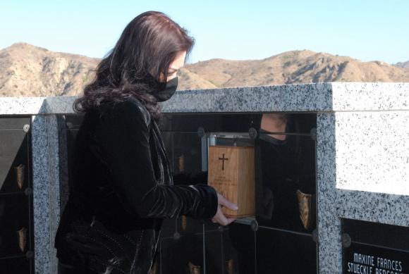 Vợ cố nghệ sĩ Chí Tài đưa tro cốt chồng về nghĩa trang-7