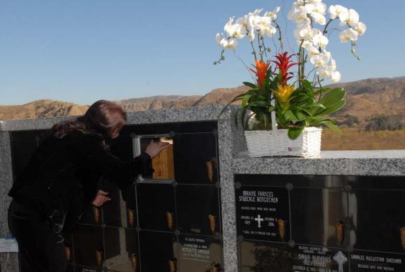Vợ cố nghệ sĩ Chí Tài đưa tro cốt chồng về nghĩa trang-8