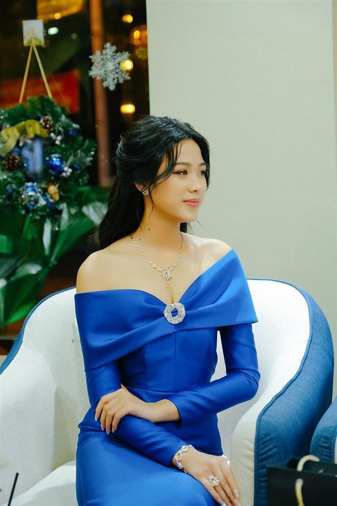 Hơn Hoa hậu Đỗ Thị Hà 16 tuổi, Hari Won đẹp chẳng kém cạnh khi đụng hàng-3