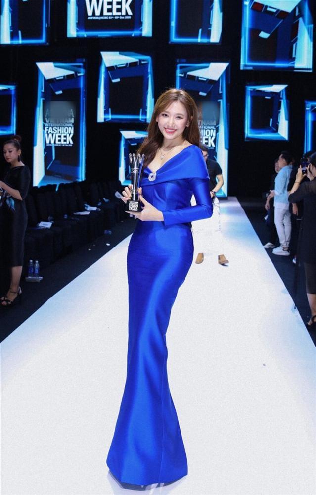 Hơn Hoa hậu Đỗ Thị Hà 16 tuổi, Hari Won đẹp chẳng kém cạnh khi đụng hàng-6