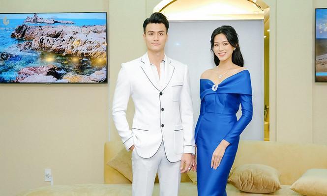 Hơn Hoa hậu Đỗ Thị Hà 16 tuổi, Hari Won đẹp chẳng kém cạnh khi đụng hàng-4