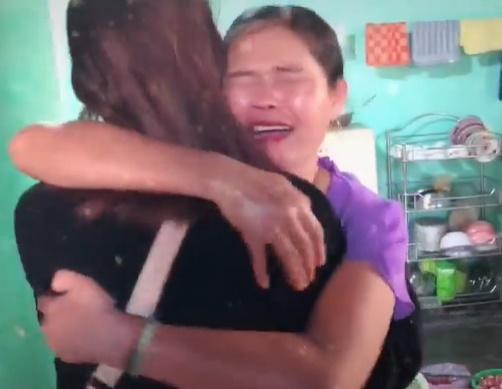 Clip nữ du học sinh trở về nhà bất ngờ khiến mẹ ruột khóc cạn nước mắt hút 5 triệu view-1