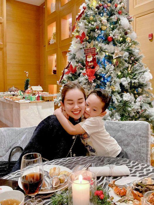 Đêm Noel của hot girl Việt: Kelly được tặng tiền trăm triệu, Linh Miu diện đồ hở hang-11