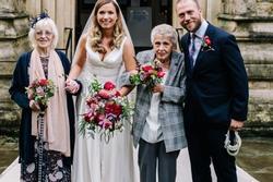 Cô gái Anh mời bà nội, bà ngoại làm phù dâu