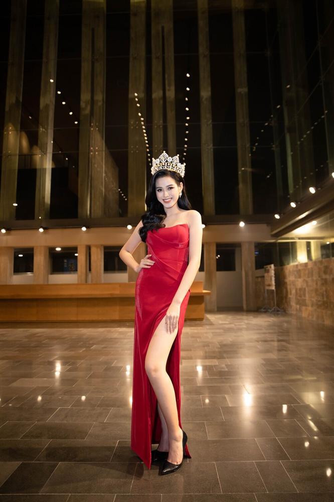 Đỗ Thị Hà đụng hàng váy xẻ cao với Đỗ Mỹ Linh, fan thả tim tới tấp cho cả hai nàng hậu-1