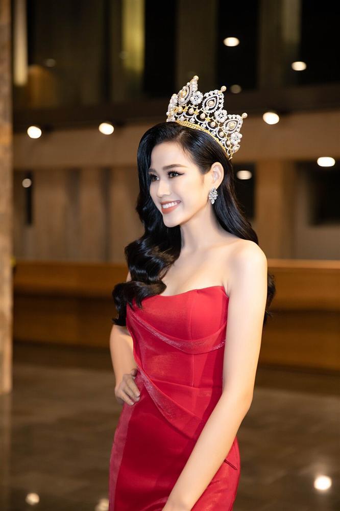 Đỗ Thị Hà đụng hàng váy xẻ cao với Đỗ Mỹ Linh, fan thả tim tới tấp cho cả hai nàng hậu-4