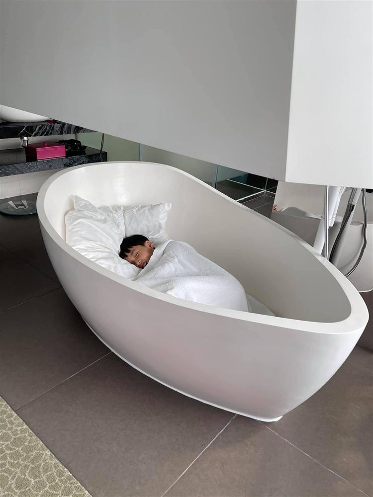 Con trai Thu Trang ngủ bồn tắm khi vào khách sạn với bố mẹ-2