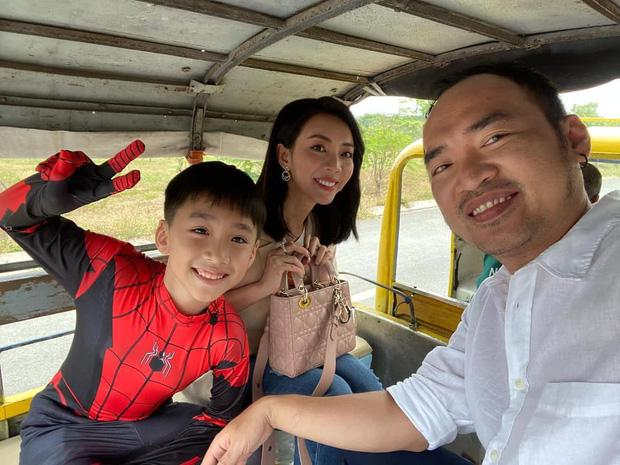 Con trai Thu Trang ngủ bồn tắm khi vào khách sạn với bố mẹ-4