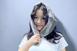 Kim Yoo Jung khoe sắc xinh đẹp, 'cân' màu son cánh sen khó nhằn