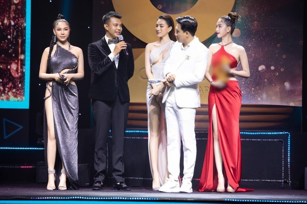 Nâng level, Quỳnh Thư diện đầm xẻ hiểm đến tận eo chỉ nhăm nhe lộ hàng-5