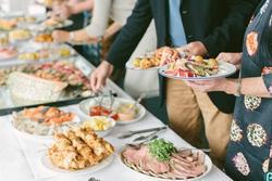 7 cách khiến bạn thoải mái đi dự tiệc mà không sợ bị tăng cân