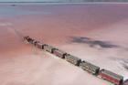 Đoàn tàu băng qua hồ nước màu hồng ở Nga