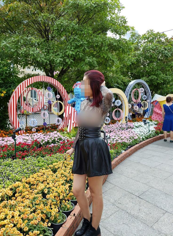 Người phụ nữ ngực trần lại gây xôn xao khi mặc áo xuyên thấu đi khắp Sài Gòn-5