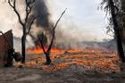 Cháy lớn xưởng tái chế gần cầu Thanh Trì, cột khói nghi ngút đen kín trời