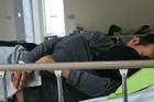 Quay clip tố cặp đôi vào bệnh viện âu yếm không biết mắc cỡ, cameraman bị chỉ trích ngược