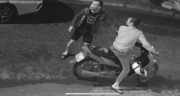 2 thanh niên ngáo đá, rảnh rỗi rủ nhau đập phá hàng chục ô tô ở Đà Nẵng-1