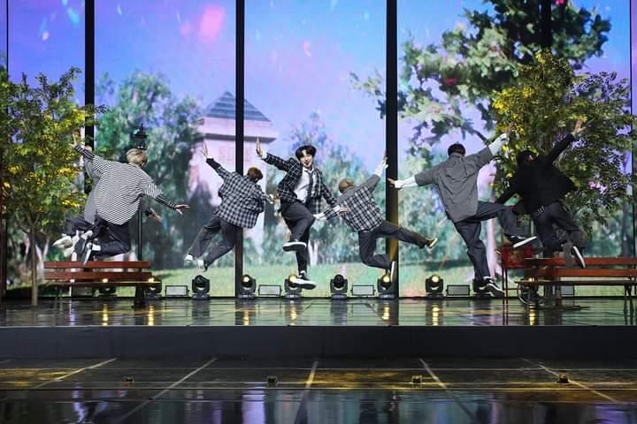 Big Hit 2021 New Year's Eve Live: BTS lần đầu xuất hiện với đội hình số 7 cùng Suga-6