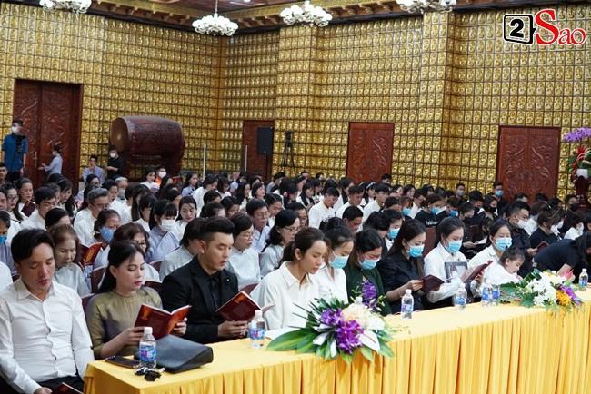 Tang lễ Vân Quang Long tại Việt Nam: Vợ ôm di ảnh, Việt Hương u buồn-6