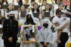 Xót xa cảnh vợ cũ - vợ mới cùng 3 con chịu tang Vân Quang Long
